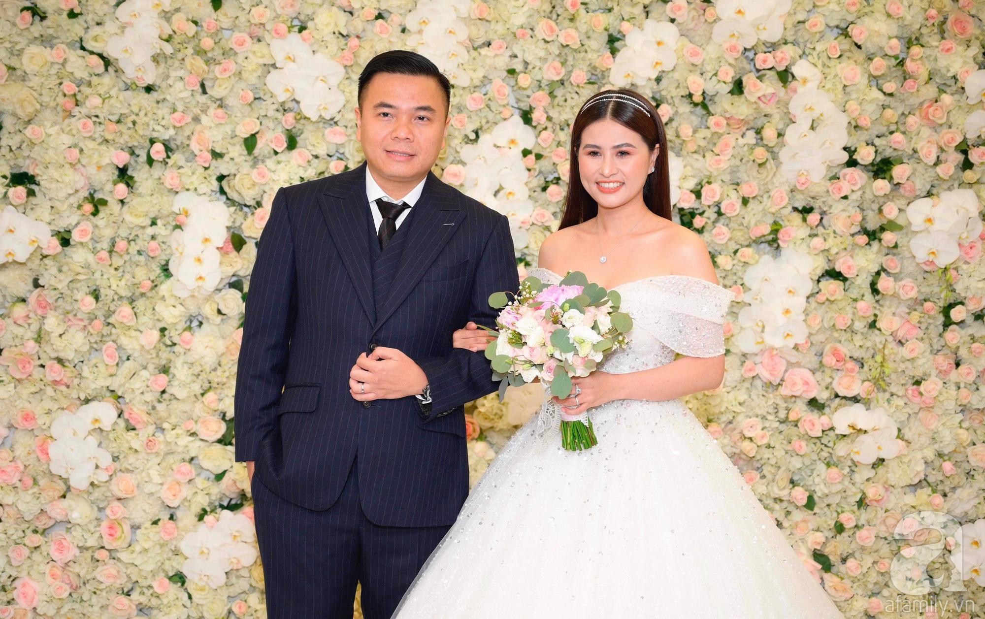 Trấn Thành - Hari Won, Ninh Dương Lan Ngọc cùng loạt sao Việt đến sự đám cưới đạo diễn Cua lại vợ bầu - Ảnh 1.