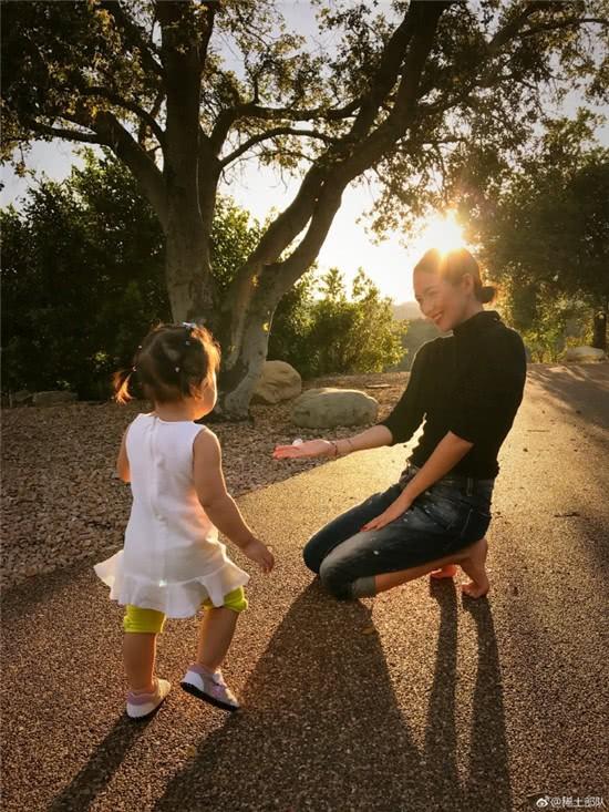 Vứt bỏ vẻ lộng lẫy của một ngôi sao, Chương Tử Di về quê trồng rau, chân đất chơi đùa cùng con gái nhỏ - Ảnh 1.