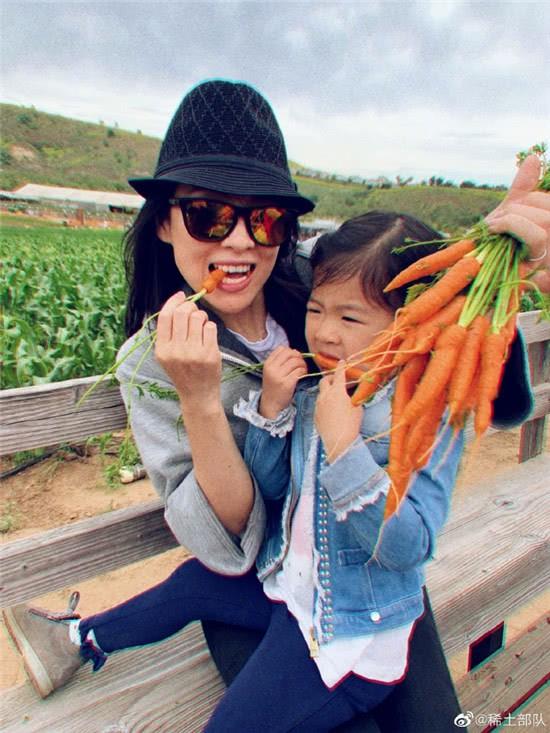Vứt bỏ vẻ lộng lẫy của một ngôi sao, Chương Tử Di về quê trồng rau, chân đất chơi đùa cùng con gái nhỏ - Ảnh 2.