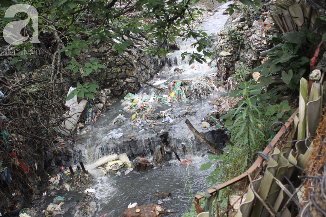 Hà Nội: Cận cảnh núi rác khổng lồ bốc mùi hôi thối nồng nặc dưới chân cầu Long Biên - Ảnh 1.