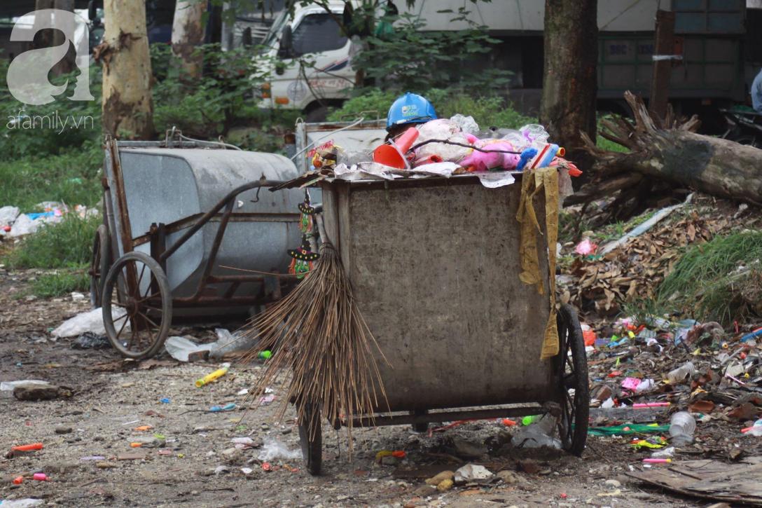 Hà Nội: Cận cảnh núi rác khổng lồ bốc mùi hôi thối nồng nặc dưới chân cầu Long Biên - Ảnh 16.