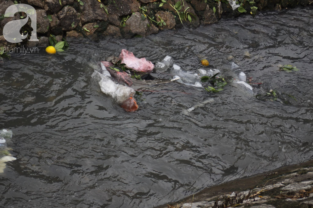Hà Nội: Cận cảnh núi rác khổng lồ bốc mùi hôi thối nồng nặc dưới chân cầu Long Biên - Ảnh 2.