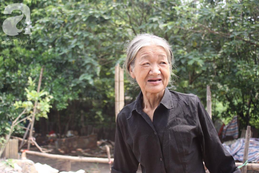 Hà Nội: Cận cảnh núi rác khổng lồ bốc mùi hôi thối nồng nặc dưới chân cầu Long Biên - Ảnh 4.