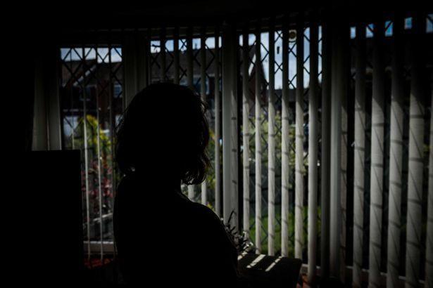 Bà mẹ trốn trong phòng tắm suốt 9 năm vì sợ con trai 12 tuổi đánh đập và lời kêu cứu chữa trị cho tình trạng của đứa trẻ - Ảnh 2.