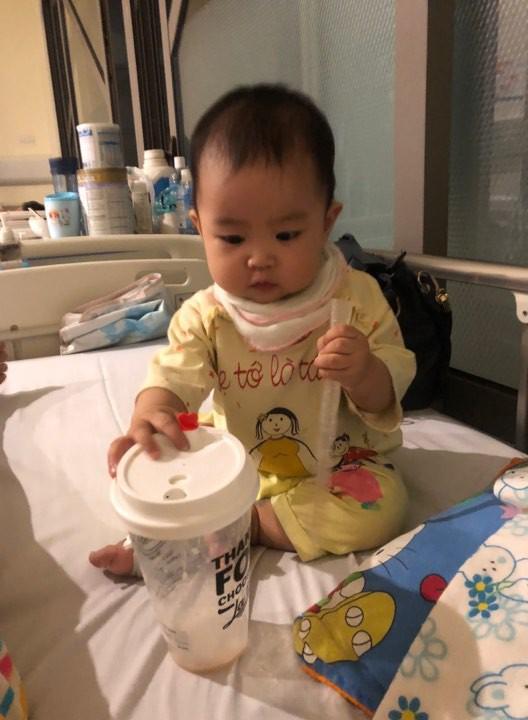 Sau chuỗi ngày kinh khủng từ lúc con ho nhẹ, suy hô hấp đưa đi chụp X-quang trắng xóa, người mẹ trẻ lên tiếng cảnh báo nghiêm cấm người lớn làm điều này - Ảnh 3.