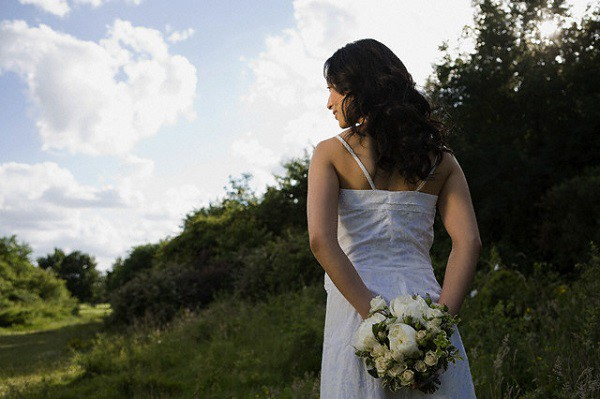 Đêm tân hôn, tôi háo hức diện váy ngủ quyến rũ chờ chồng, ngờ đâu lúc anh mở cửa bước vào lại bế trên tay một người khác - Ảnh 1.