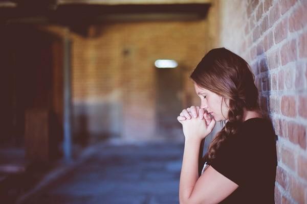 Vô tình bắt gặp vợ thắp hương khấn vái trên sân thượng, tôi choáng váng khi biết mình đã gây ra tội lỗi tày đình - Ảnh 2.