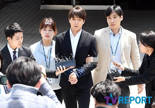 Anh trai Yuri (SNSD) và Choi Jong Hoon chính thức bị bắt, trói chặt bằng dây thừng vì cáo buộc hiếp dâm tập thể - Ảnh 2.