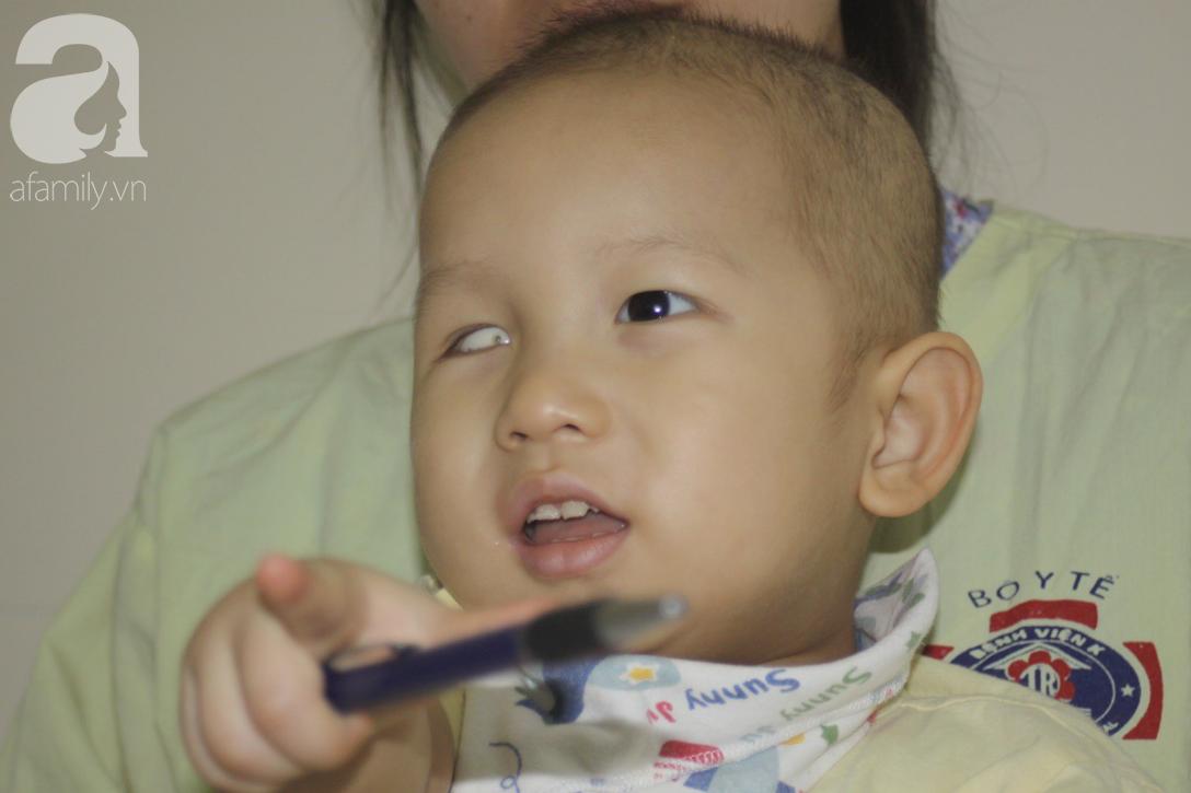 Lời khẩn cầu của người mẹ có con trai 1 tuổi nguy kịch vì ung thư võng mạc không có tiền mổ, bố bỏ đi - Ảnh 1.