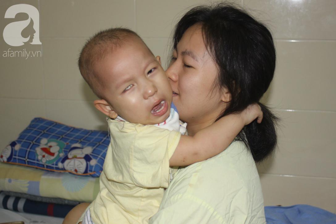 Bố bỏ rơi, người mẹ ôm con trai 18 tháng tuổi bị ung thư võng mạc đi tìm ánh sáng - Ảnh 12.