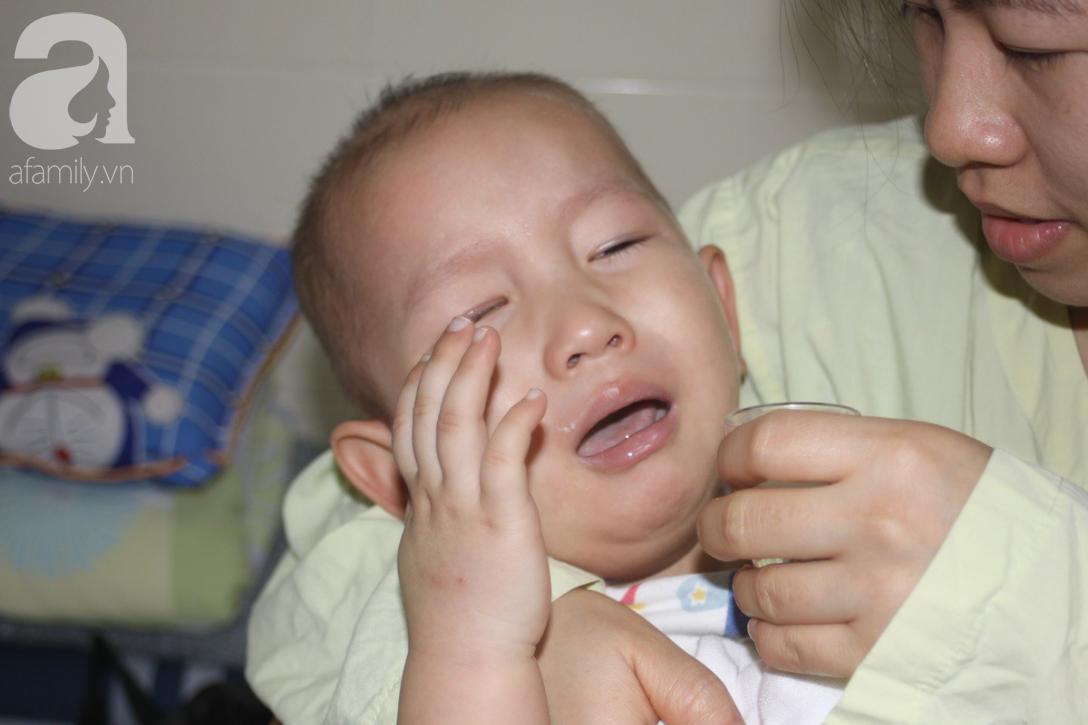 Bố bỏ rơi, người mẹ ôm con trai 18 tháng tuổi bị ung thư võng mạc đi tìm ánh sáng - Ảnh 6.