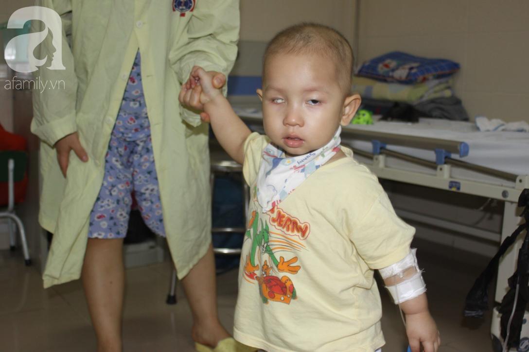Bố bỏ rơi, người mẹ ôm con trai 18 tháng tuổi bị ung thư võng mạc đi tìm ánh sáng - Ảnh 2.
