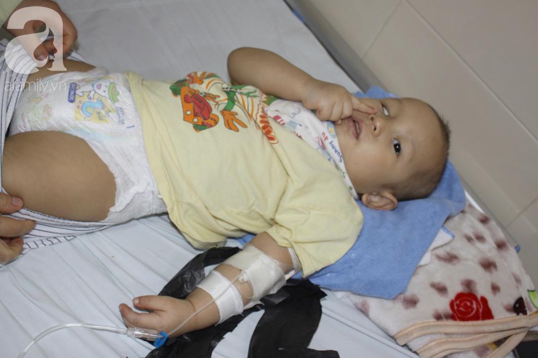 Lời khẩn cầu của người mẹ có con trai 1 tuổi nguy kịch vì ung thư võng mạc không có tiền mổ, bố bỏ đi - Ảnh 3.
