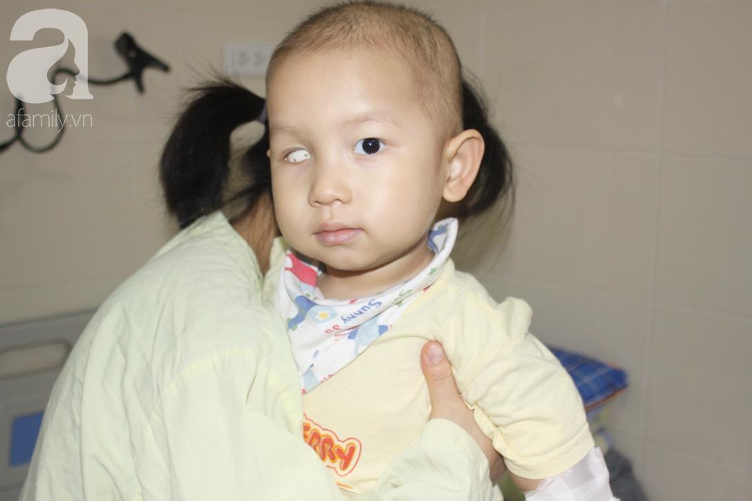 Lời khẩn cầu của người mẹ có con trai 1 tuổi nguy kịch vì ung thư võng mạc không có tiền mổ, bố bỏ đi - Ảnh 2.