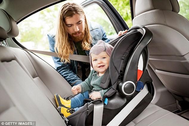 Thót tim cảnh tượng bé sơ sinh văng ra đường khi xe ô tô của bố gặp nạn, đây là lý do vì sao bạn nhất định phải thắt dây an toàn cho trẻ - Ảnh 6.