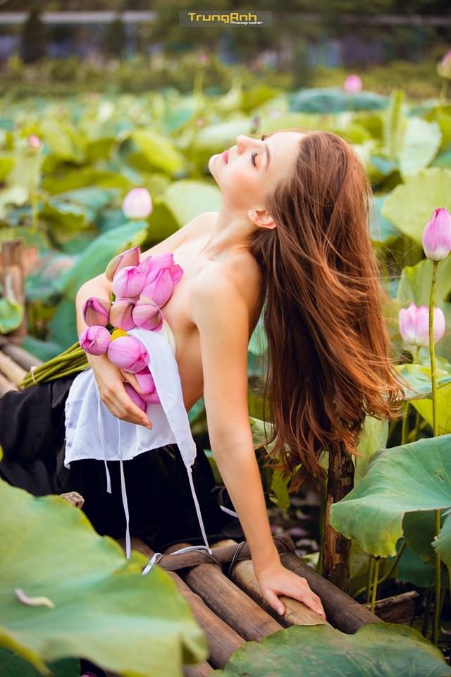 Cô gái Tây chụp ảnh bên hoa sen khiến dân mạng truy lùng danh tính vì quá xinh đẹp - Ảnh 2.