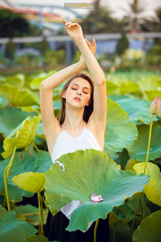 Cô gái Tây chụp ảnh bên hoa sen khiến dân mạng truy lùng danh tính vì quá xinh đẹp - Ảnh 3.