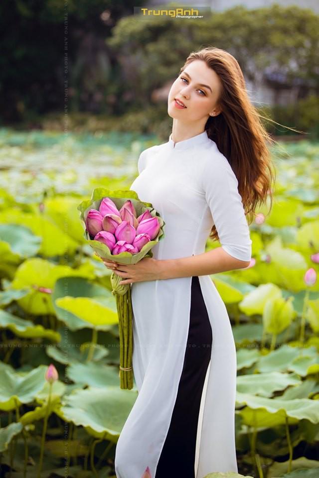 Cô gái Tây chụp ảnh bên hoa sen khiến dân mạng truy lùng danh tính vì quá xinh đẹp - Ảnh 7.