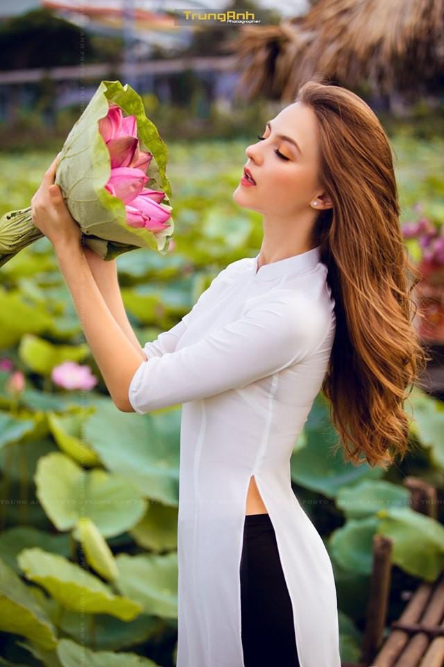 Cô gái Tây chụp ảnh bên hoa sen khiến dân mạng truy lùng danh tính vì quá xinh đẹp - Ảnh 8.