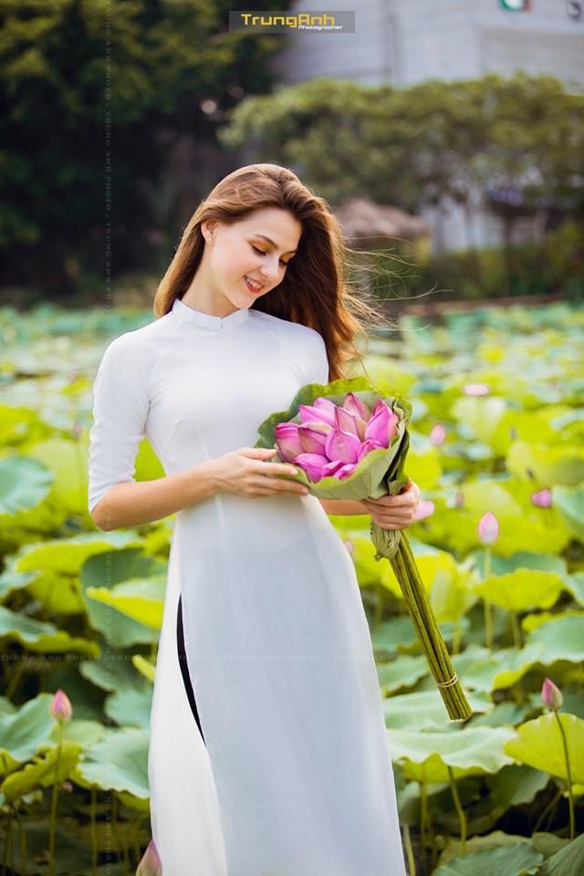 Cô gái Tây chụp ảnh bên hoa sen khiến dân mạng truy lùng danh tính vì quá xinh đẹp - Ảnh 11.