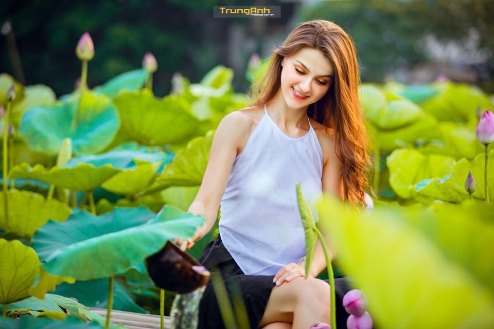 Cô gái Tây chụp ảnh bên hoa sen khiến dân mạng truy lùng danh tính vì quá xinh đẹp - Ảnh 12.