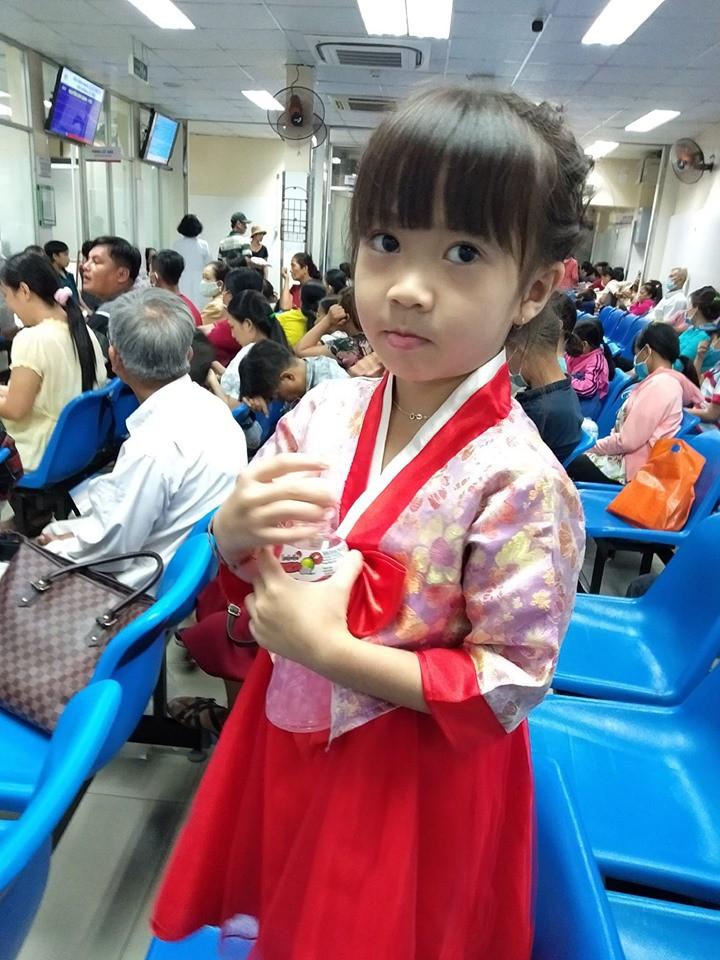 Xót xa hình ảnh cô bé 5 tuổi bán tắc xí muội phụ ba mẹ kiếm tiền chữa trị ung thư máu - Ảnh 1.