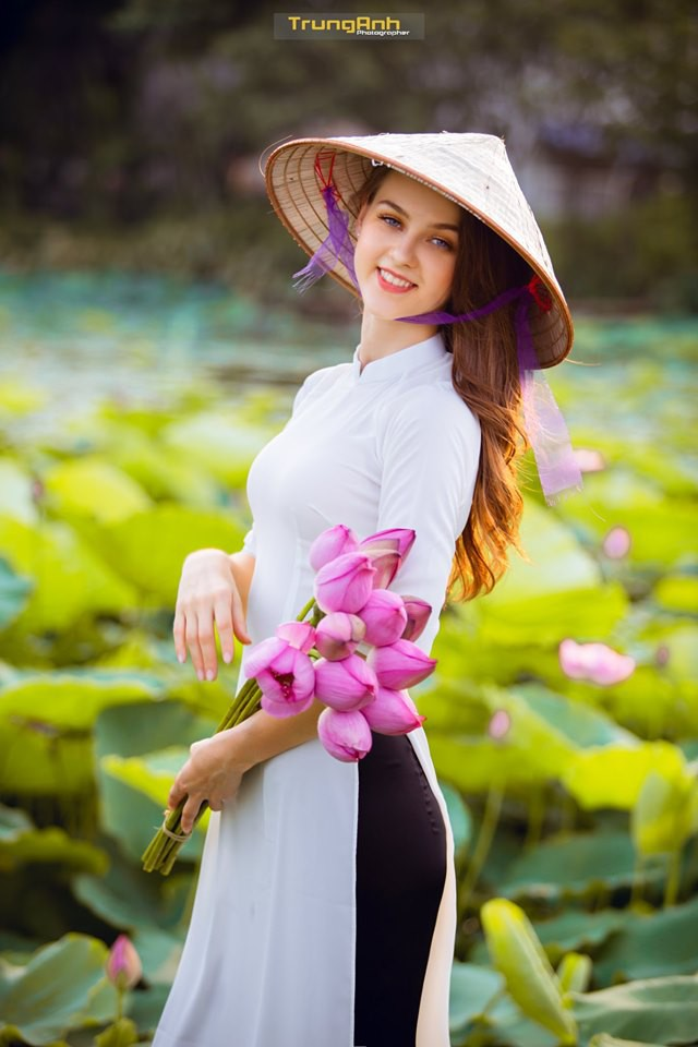 Cô gái Tây chụp ảnh bên hoa sen khiến dân mạng truy lùng danh tính vì quá xinh đẹp - Ảnh 17.
