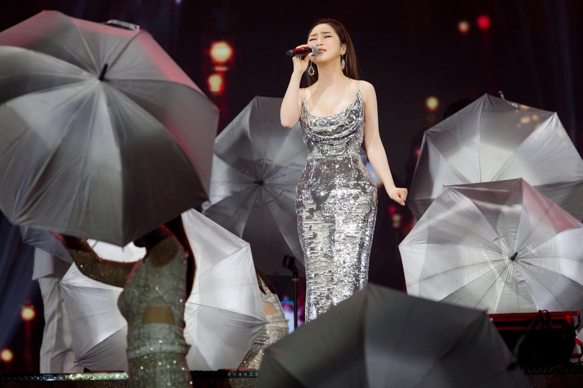 Hương Tràm nhận show hát ở Mỹ nhưng chiếc váy tuyệt đẹp cô mặc lại khiến người nhiều bất ngờ  - Ảnh 7.