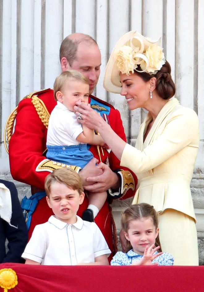 """Khoảnh khắc Hoàng tử Louis lên """"cơn nghiện"""" mút tay gây sốt và cách Công nương Kate xử lý cũng thật tài tình - Ảnh 6."""