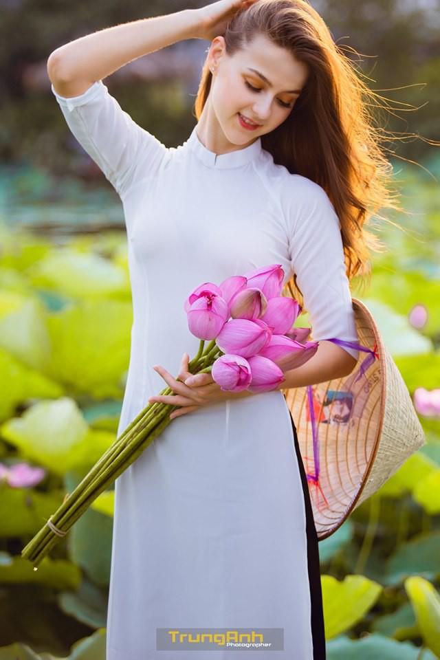 Cô gái Tây chụp ảnh bên hoa sen khiến dân mạng truy lùng danh tính vì quá xinh đẹp - Ảnh 18.