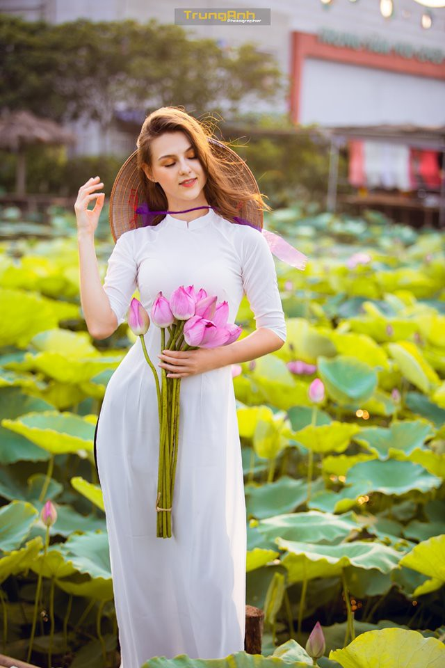 Cô gái Tây chụp ảnh bên hoa sen khiến dân mạng truy lùng danh tính vì quá xinh đẹp - Ảnh 19.