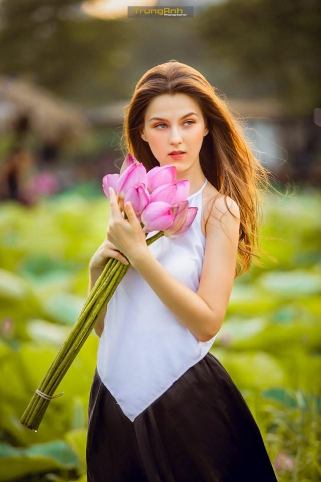 Cô gái Tây chụp ảnh bên hoa sen khiến dân mạng truy lùng danh tính vì quá xinh đẹp - Ảnh 20.