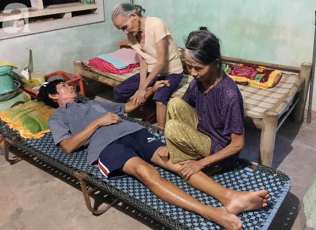 Lời khẩn cầu của người mẹ già yếu, đau đớn nhìn con trai chết mòn:
