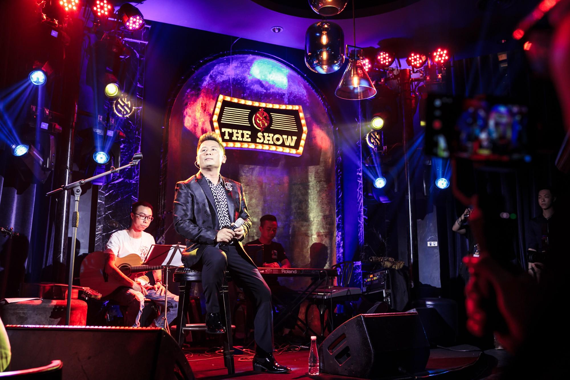 Bằng Kiều xúc động vì được tặng điếu cày trên sân khấu kỷ niệm 30 năm ca hát  - Ảnh 7.
