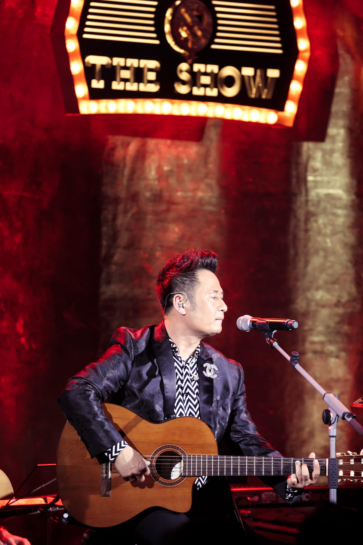 Bằng Kiều xúc động vì được tặng điếu cày trên sân khấu kỷ niệm 30 năm ca hát  - Ảnh 5.