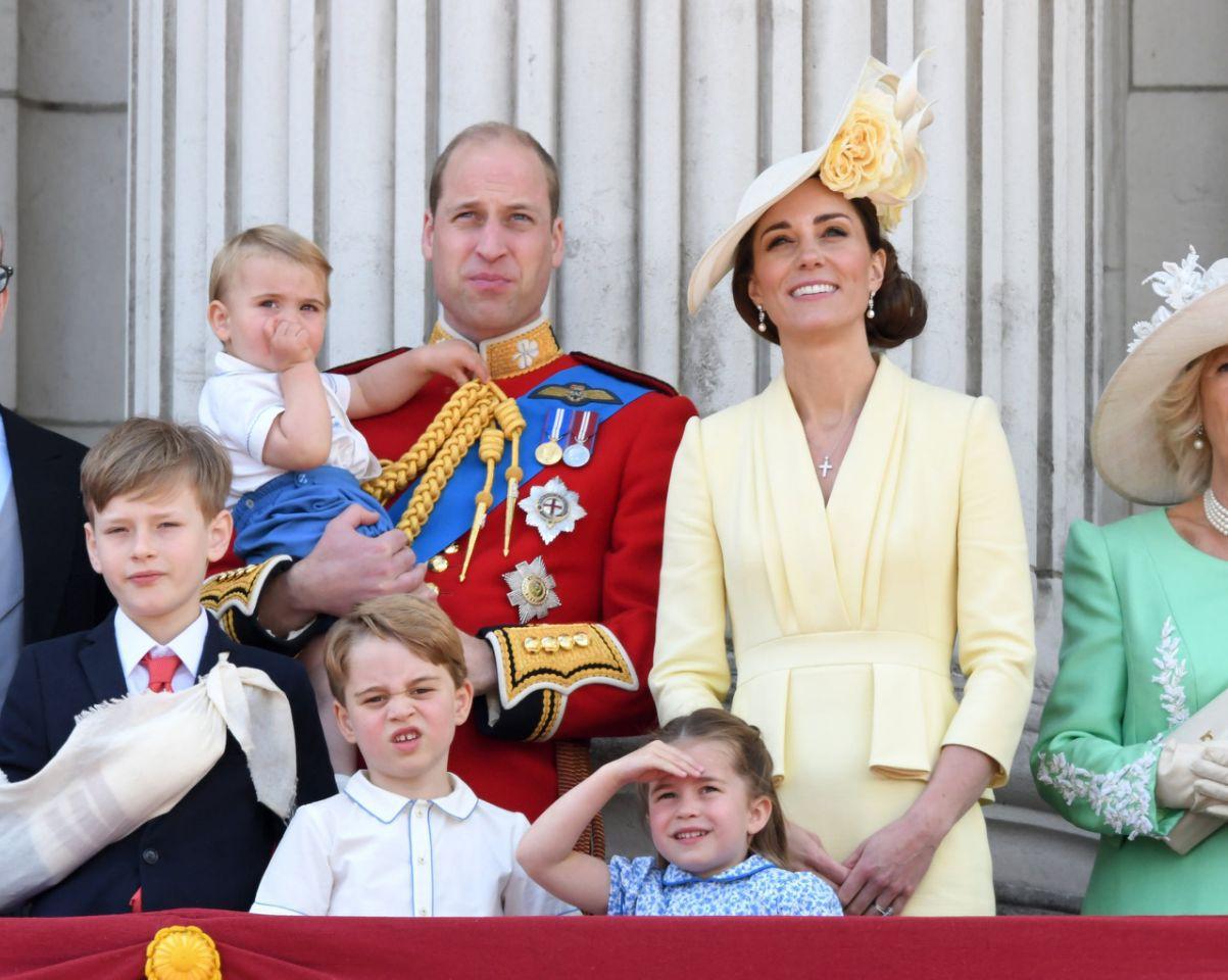 """Khoảnh khắc Hoàng tử Louis lên """"cơn nghiện"""" mút tay gây sốt và cách Công nương Kate xử lý cũng thật tài tình - Ảnh 2."""