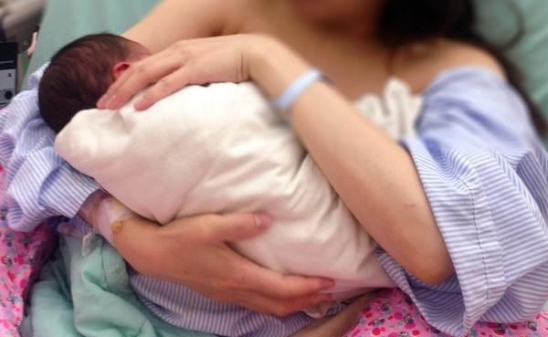 Mẹ bỉm sữa bị căng tức vú sau sinh, đến viện bác sĩ đều sốc khi hút sữa ra có màu xanh và mùi hôi đáng sợ - Ảnh 1.