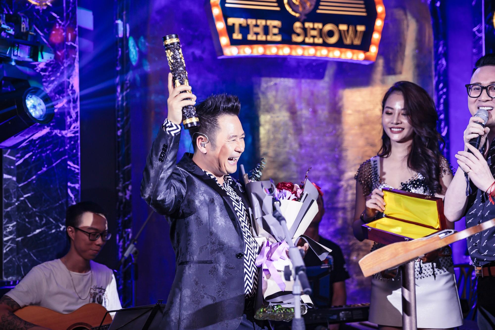 Bằng Kiều xúc động vì được tặng điếu cày trên sân khấu kỷ niệm 30 năm ca hát  - Ảnh 9.
