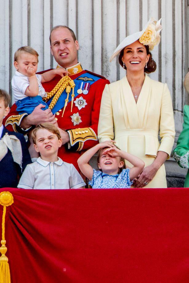 """Khoảnh khắc Hoàng tử Louis lên """"cơn nghiện"""" mút tay gây sốt và cách Công nương Kate xử lý cũng thật tài tình - Ảnh 3."""