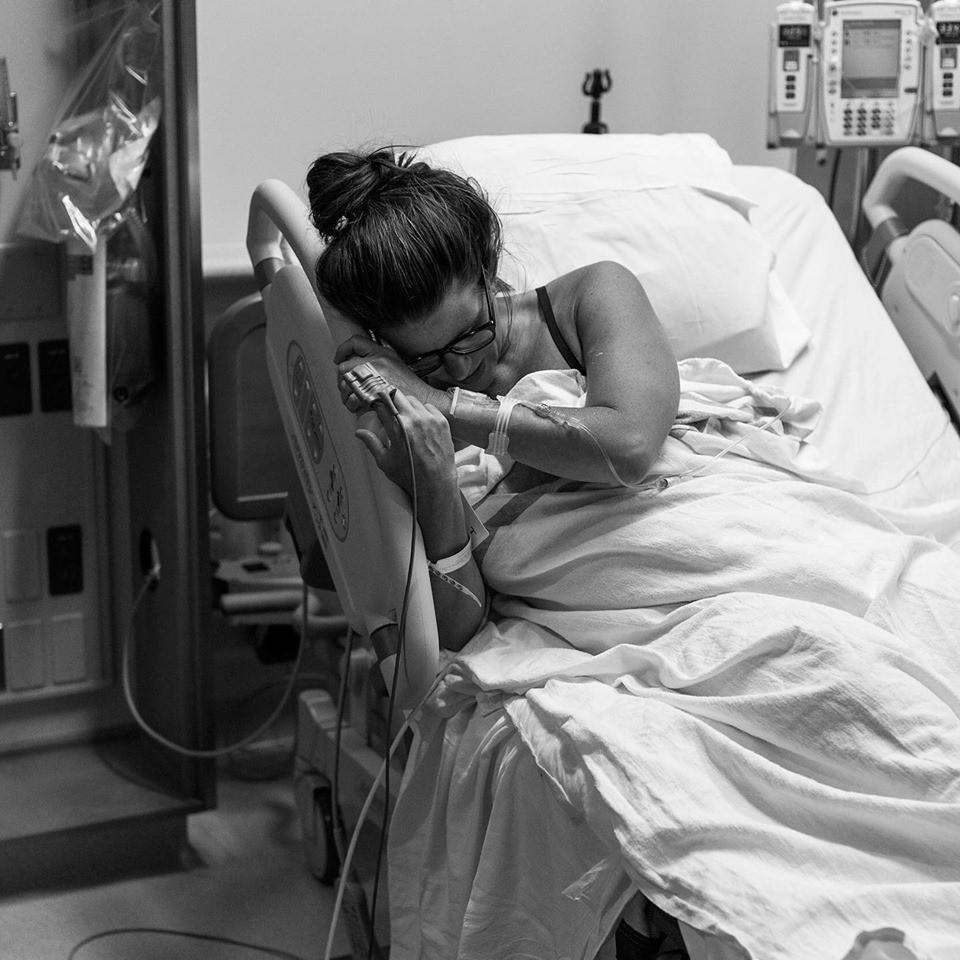 """Bức ảnh người mẹ gục trên giường sinh sau khi """"vượt cạn"""" nhắc nhở về điều mà hầu hết mọi người quên mất vào khoảnh khắc con nhỏ chào đời - Ảnh 1."""