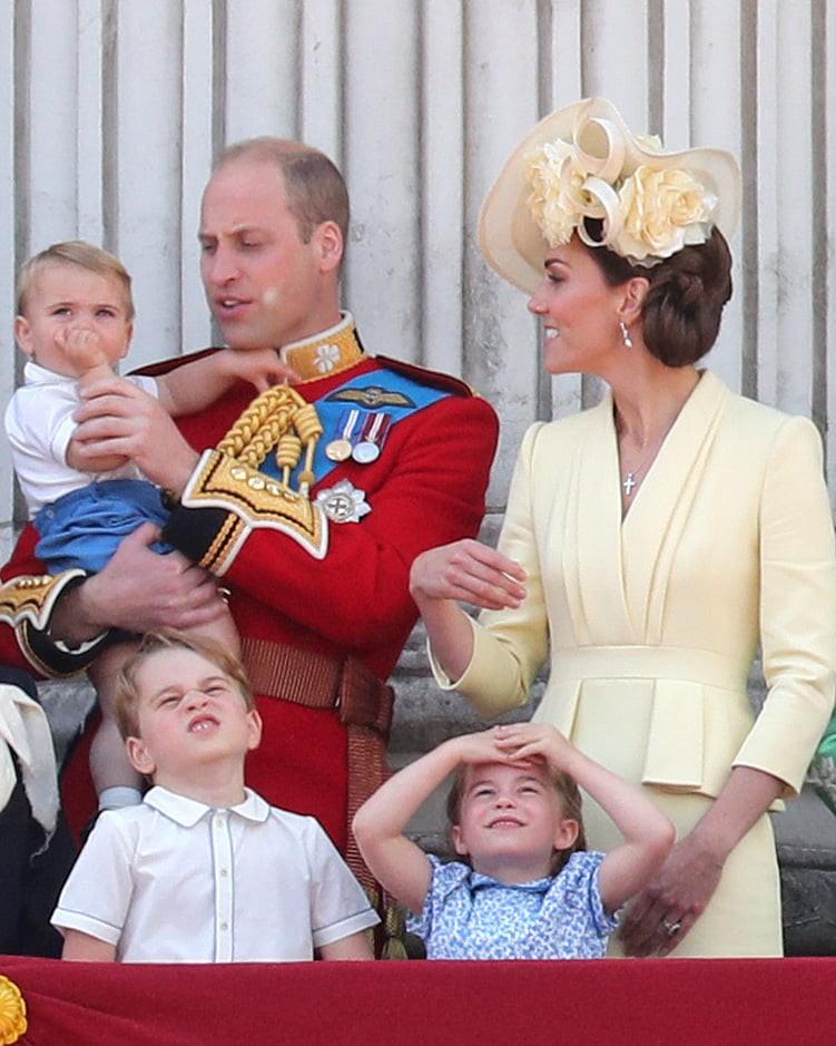 """Khoảnh khắc Hoàng tử Louis lên """"cơn nghiện"""" mút tay gây sốt và cách Công nương Kate xử lý cũng thật tài tình - Ảnh 4."""