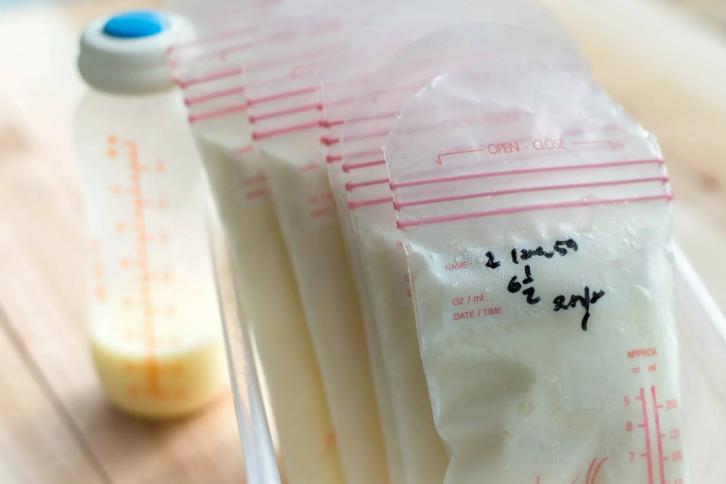 Mẹ bỉm sữa bị căng tức vú sau sinh, đến viện bác sĩ đều sốc khi hút sữa ra có màu xanh và mùi hôi đáng sợ - Ảnh 2.