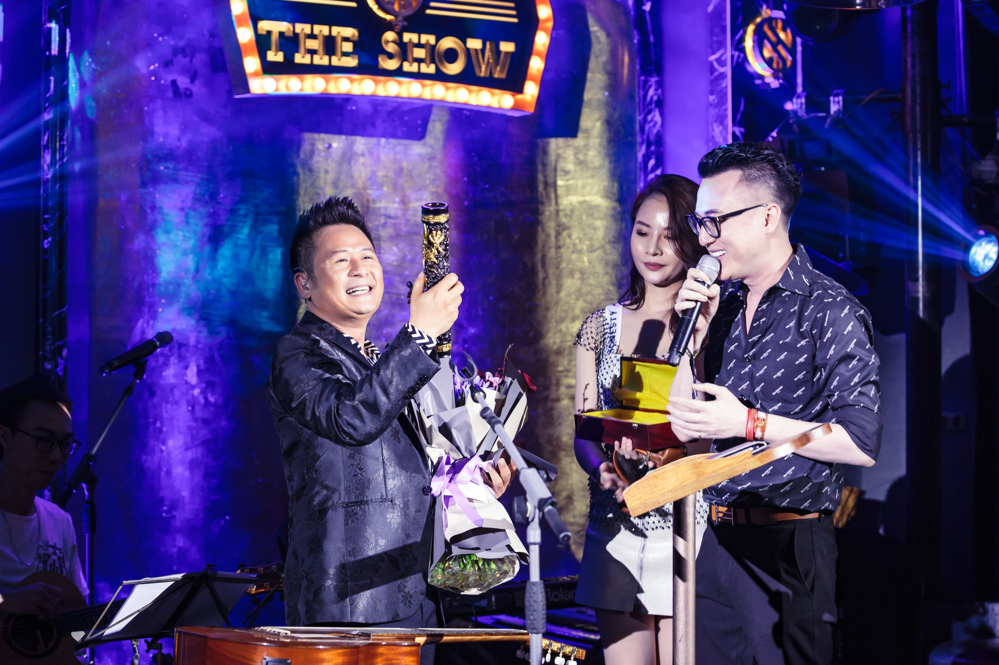 Bằng Kiều xúc động vì được tặng điếu cày trên sân khấu kỷ niệm 30 năm ca hát  - Ảnh 8.