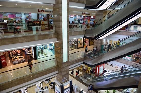 Hà Nội: Cháu bé bị ngã từ tầng 2 khi đi mua sắm cùng người thân - Ảnh 1.