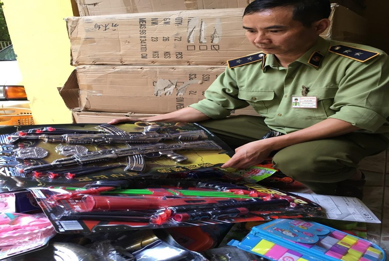 Hà Nội: Thu giữ hơn 20.000 đồ chơi trẻ em có nguy cơ ảnh hưởng tới sức khỏe, tính chất bạo lực - Ảnh 1.