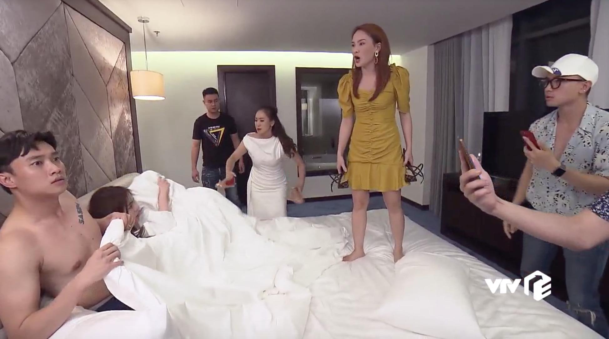 """""""Về nhà đi con"""" tập 42: Thư gây náo loạn với màn đánh ghen """"ngược"""" Vũ, bắt gian ngay tại giường - Ảnh 1."""