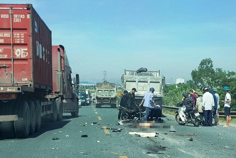 Hà Nam: Hai thanh niên đi xe máy tử vong sau cú va chạm với xe tải - Ảnh 1.