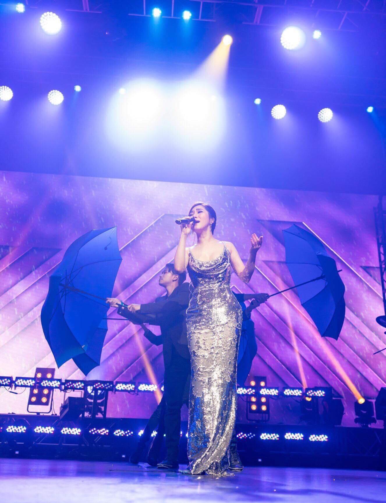 Hương Tràm hát live giữa ngàn khán giả Mỹ, fan đăng ảnh dìm hàng và đây là phản ứng đáng yêu của nữ ca sĩ  - Ảnh 2.