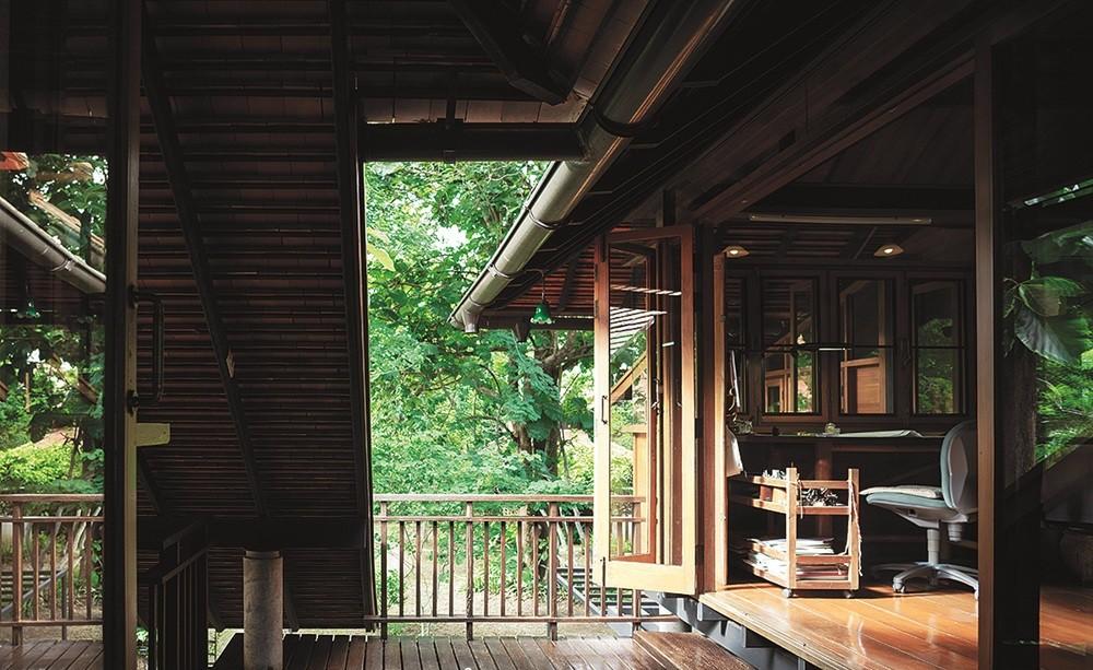 Ngôi nhà gỗ bất chấp nắng nóng, chỉ có gió mát và ánh sáng ngập tràn giữa rừng cây xanh - Ảnh 16.