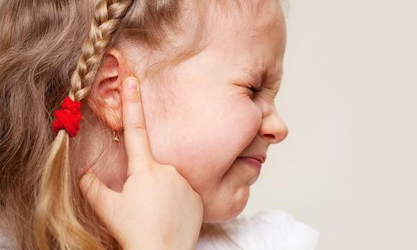 Đi bơi mùa hè, cha mẹ cẩn trọng tránh nguy cơ con bị viêm tai giữa - Ảnh 3.